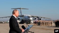 俄罗斯总统普京2017年12月11日在叙利亚哈迈尼姆空军基地向部队发表讲话