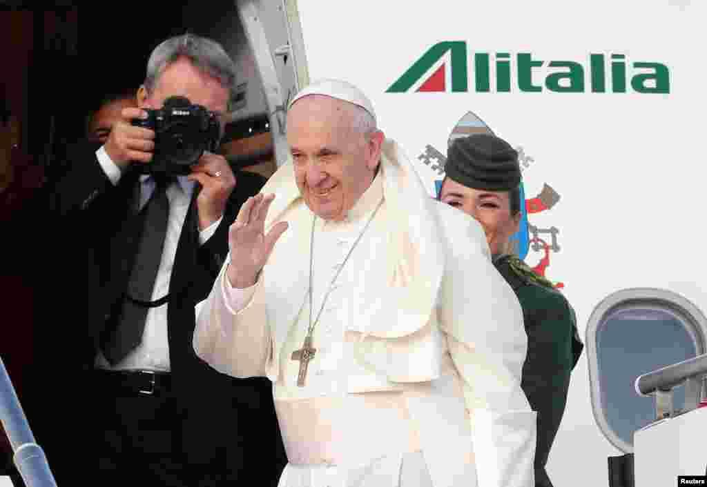 پاپ فرانسیس رهبرکاتولیک های جهان ایتالیا را به مقصد ایرلند ترک کرد.