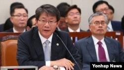 류길재 한국 통일부 장관이 15일 국회 외교통일위원회의 통일부 및 산하기관 국정감사에서 의원질의에 답변하고 있다.