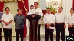 Presiden Joko Widodo mengumumkan kenaikan harga BBM bersubsidi di Istana Merdeka Jakarta, Senin malam 17/11 (foto: Andylala/VOA).