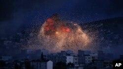 美国领导的盟军空袭叙利亚科巴尼,从土耳其与叙利亚边界的Suruc可以看到科巴尼城内冒出浓密黑烟与火焰 (2014年10月20日照片)