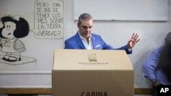 Luis Abider, quien buscaba la candidatura presidencial con el Partido Revolucionario Moderno, vota durante las primeras en Santo Domingo, República Dominicana, el domingo 6 de octubre de 2019. (AP Foto/Tatiana Fernandez).