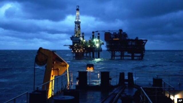 China National Offshore Oil Corporation's (CNOOC) oil rigs are shown in China's Liaodong  province in Bohai Bay, February 3, 2005. (file photo)