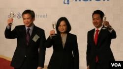 台湾总统蔡英文(中)美国在台协会处长梅健华(左)和台北美国商会会长章锦华在谢年饭晚宴上祝酒(美国之音 杨明拍摄)