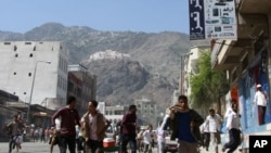 تعز میں حکومت مخالف مظاہرین پولیس کی فائرنگ سے بھاگ رہے ہیں