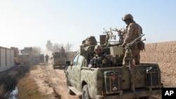شش تن افراد آزادشده نظامی و پنج تن دیگر افراد ملکی اند