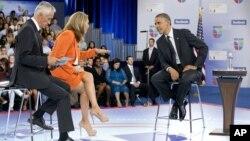 El presidente Barack Obama con los presentadores Jorge Ramos y María Elena Salinas durante el debate independiente 'El Gran Encuentro' de la cadena hispana Univisión.