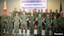 미군과 필리핀군 장병들이 4일 '피블렉스(PHIBLEX)' 연례 합동훈련을 시작하면서 서로 팔짱을 낀 채 기념사진을 찍고 있다.