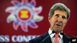 존 케리 미 국무장관이 1일 아세안지역안보포럼이 열린 브루나이에서 기자회견을 하고 있다.
