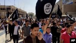 На фото: Демонстрація на підтримку ІДІЛ у контрольованому цим терористичним угрупуванням іракському місті Мосул