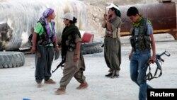 Chiến binh người Kurd của Đảng Công Nhân Kurdistan (PKK) tham dự chiến dịch chống nhóm Nhà nước Hồi giáo (IS) trên tuyến đầu ở Makhmur.