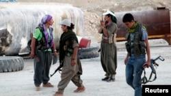 دولت الاسلامیہ کے شدت پسندوں کے خلاف صف آراٴ کُرد ورکرز پارٹی کے جنگجو