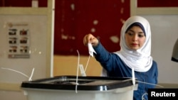 5月26日一名埃及妇女在投票站投票