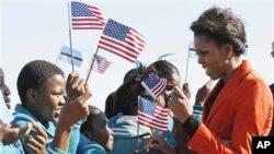 امریکہ کی خاتونِ اول، مشیل اوباما بوٹسوانا کا دورہ کرتے ہوئے