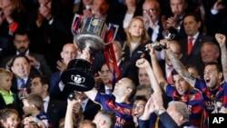 Andrés Iniesta de Barcelone tient le trophée après avoir remporté la finale de la Copa del Rey entre le FC Barcelone et le Séville FC au stade Vicente Calderón à Madrid, dimanche 22 mai 2016.