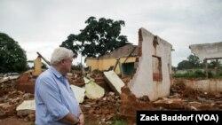 FILE - Stephen O'Brien, pejabat tinggi kemanusiaan PBB, melihat masjid utama di Bangassou, Republik Afrika Tengah, yang terbakar dan hancur saat serangan yang melibatkan anti-balaka Kristen pada bulan Mei, 17 Mei 2017