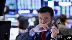 El corredor de activos Frank Masiello en la Bolsa de Valores de Nueva York, observa el cierre de una caótica semana en el mercado financiero. Feb. 9, 2018.