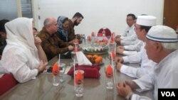 Duta Besar Amerika Serikat untuk Republik Indonesia, Joseph R. Donovan (kedua dari kiri, baris kiri), berdialog dengan pengurus Yayasan Masjid Cheng Hoo Surabaya, Kamis, 9 Mei 2018.(Foto: Petrus Riski/VOA)