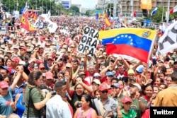 Miles de partidarios del régimen venezolano acudieron en Caracas al cierre de la campaña por la Asamblea Nacional Constituyente. Julio 27 de 2017. Foto: @presidencialve