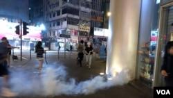 9月6日晚警方在旺角朗豪坊附近施放催淚彈驅散示威者。(美國之音 湯惠芸拍攝)