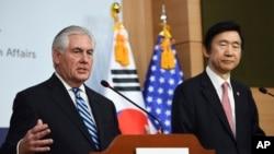 美国国务卿蒂勒森(左)在韩国首尔