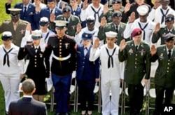 美军战士在总统注视下宣誓成为归化公民