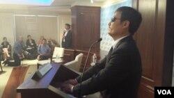 盲人法律维权人士陈光诚在美国企业研究所首次发表英文演说(美国之音杨明拍摄)