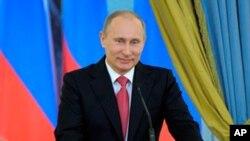 3월 3일 문화관련 행사 보고로 열린 보너스 프레젠테이션 행사에서 연설하는 러시아의 블라디미르 푸틴 총리