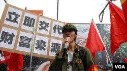 數十名香港網民扮成紅衛兵、高舉中國五星旗,趁五一黃金周舉行諷刺大陸自由行旅客遊行