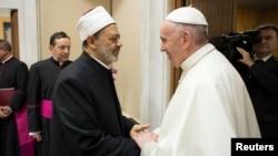 Le grand imam de l'influente institution sunnite Al-Azhar, Ahmad Al-Tayeb, a rencontré mardi à Rome le pape François au Vatican, 7 novembre 2017.