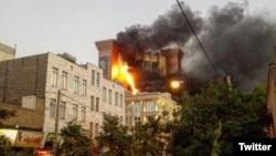 نمایی از دقایق اولیه آتش سوزی در برج سلمان مشهد