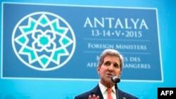 Menlu AS John Kerry saat berpidato di hadapan para Menlu NATO di Antalya, Turki (13/5).