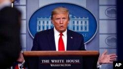 Président Donald Trump azali kopesa sango ya COVID19 ma Maison Blanche, Washington, 22 avril 2020.