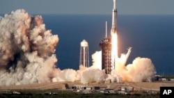 """2019年4月11日SpaceX""""獵鷹""""重型火箭裝載一枚沙特阿拉伯的商業衛星從佛羅里達州卡納維拉爾角的肯尼迪航天中心升空。"""