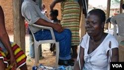 Pengungsi Pantai Gading di Tuzon, Liberia, berdagang untuk memberi nafkah anak-anaknya (Foto:dok).