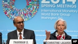 Tổng Giám đốc IMF Christine Lagarde vào Bộ trưởng Tài chánh Singapore Tharman Shanmugaratnam tại cuộc họp báo ở Washington, ngày 12/4/2014.