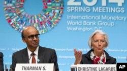 Direktur Pengelola Dana Moneter Internasional (IMF) Christine Lagarde, bersama Menteri Keuangan Singapura Tharman Shanmugaratnam, dalam konferensi pers usai pertemuan IMF-Bank Dunia di Washington, DC (12/4). (AP/Jose Luis Magana)