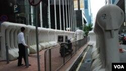 Cảnh sát Hồng Kông dựng rào chắn cao 2 mét ngăn người biểu tình