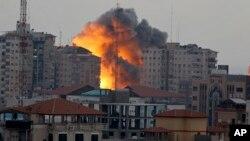 Các giới chức Palestine nói một cuộc không kích do Israel thực hiện đã đánh trúng một căn nhà ở trung tâm Gaza, giết chết 5 người trong một gia đình, gồm có hai bé trai.
