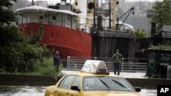 纽约市一辆出租车被困在积水中