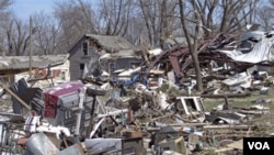 Tornado memporak-porandakan kota kecil Tushka, di Oklahoma Kamis malam (14/4).