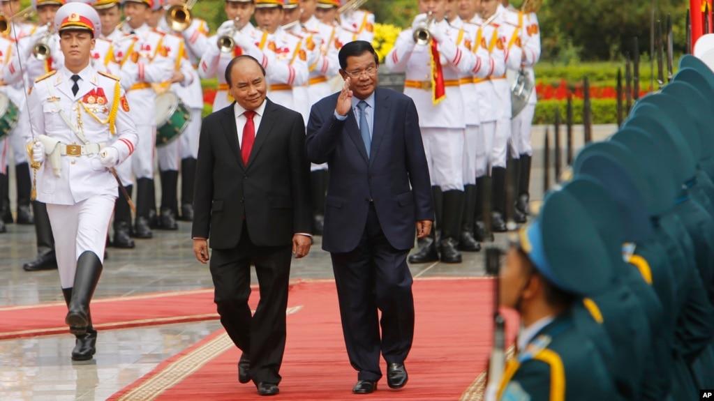 Thủ tướng Campuchia Hun Sen (bên phải), và Thủ tướng Việt Nam Nguyễn Xuân Phúc. Phe đối lập cáo buộc rằng chính phủ của ông Hun Sen là con rối của Việt Nam.