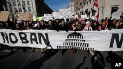 Para demonstran yang menentang larangan perjalanan Trump berjalan dari Lafayette Park dekat Gedung Putih di Washington, Sabtu, 4 Februari 2017.