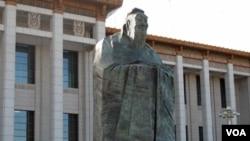 北京天安门广场上的孔子塑像 (美国之音张楠拍摄)