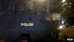 Kendaraan polisi tampak melintasi Universitas Bung Karno Univ setelah pecahnya konflik antara polisi dan mahasiswa yang berdemonstrasi atas kenaikan harga BBM.