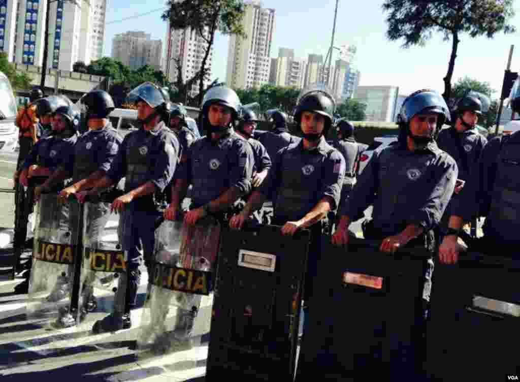 Polícia de choque nos protestos dos sem-abrigo e sindicatos nas ruas de São Paulo, na estação de Metro Carrão, Brasil Junho 12, 2014