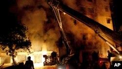 Petugas pemadam kebakaran tengah berupaya memadamkan api yang melalap bangunan pabrik garmen di luar kota Dhaka, Bangladesh (24/11). Dua kebakaran besar melanda dua pabrik garmen di wilayah ini selama tiga hari terakhir.