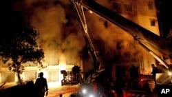 Nhân viên cứu hỏa Bangladesh đã cố gắng trong nhiều giờ đồng hồ để dập đám cháy tại xưởng may, 24/11/12