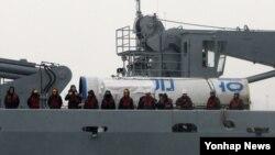 14일 서해에서 인양된 북한 로켓 은하3호 잔해. 한국 해군2함대사령부로 이송되는 과정.