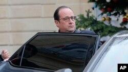 Tổng thống Hollande đã đến địa điểm vụ tấn công ở trung tâm Paris ít lâu sau khi xảy ra các vụ nổ súng vào trụ sở tuần báo trào phúng Charlie Hebdo.